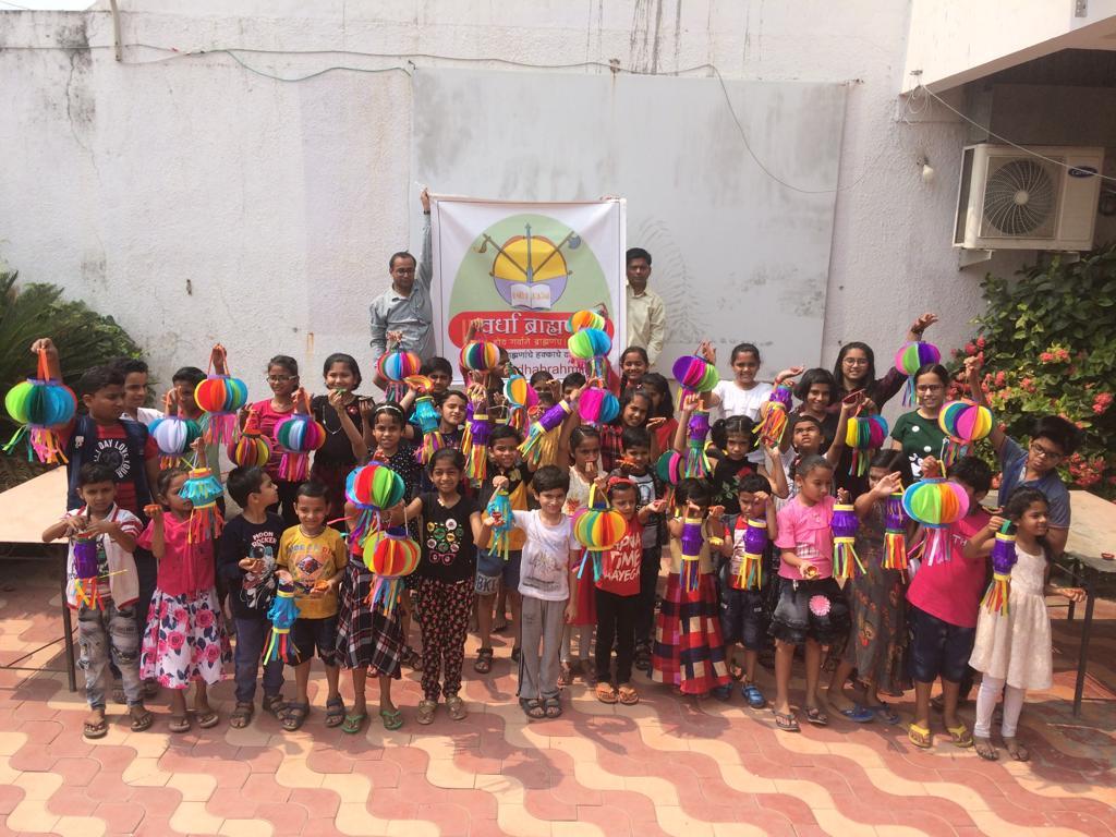 मिशन सुर्योदय अंतर्गत आयोजित छोट्या मुलांसाठी दिवाळीचा आकाश दिवा बनवायला शिकविण्याचा उपक्रम.